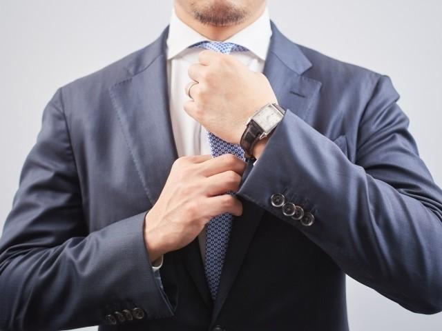 無言で示す「気配り」の気持ち ネクタイ型のピンで表すのは......