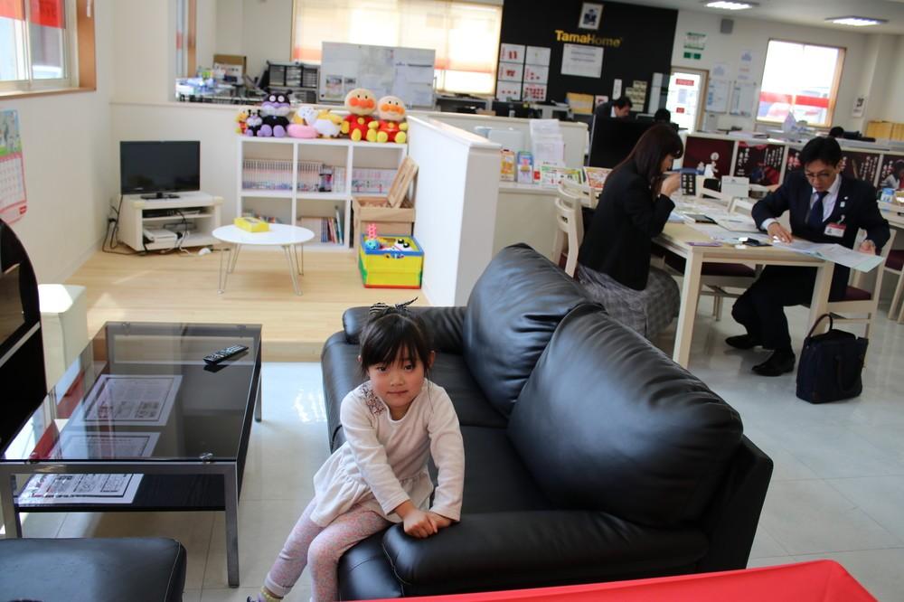 働く女性に朗報!「子連れ出勤OK」タマホームのチャレンジ 子どもが遊び回る職場をルポ