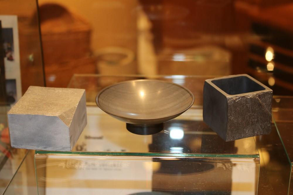 平盃(中央)と角盃(右)、左は雄勝石の原石