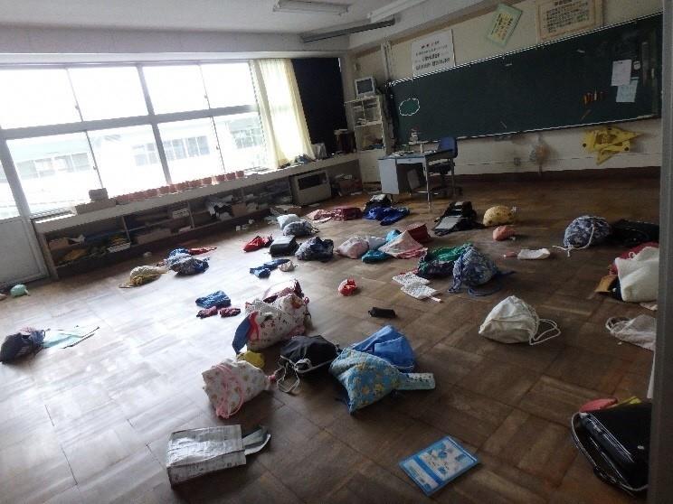 ランドセルや手荷物がそのまま残されている教室(写真提供:越智小枝氏)
