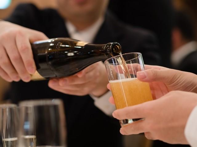 飲酒の強要? 外国人がビックリ! 宴席での「お酌」はハラスメントか(篠原あかね)