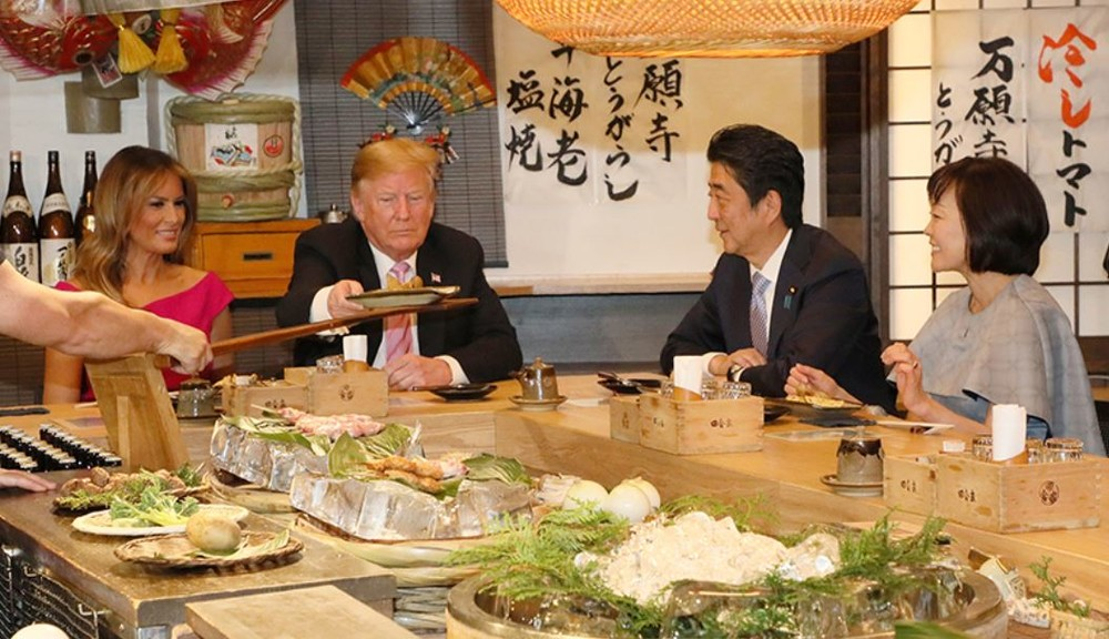 六本木の居酒屋で炉端焼きを味わうトランプ大統領と安倍首相夫妻(首相官邸ホームページより)