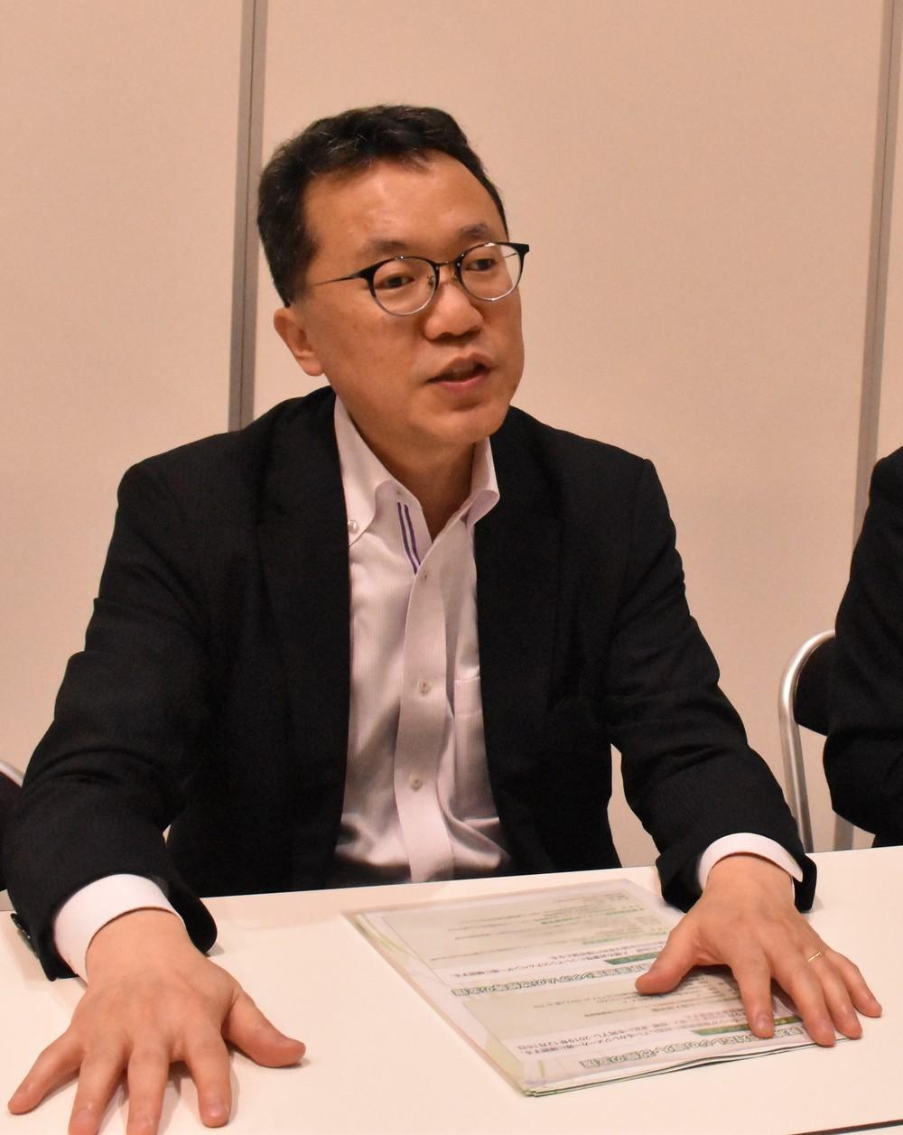 東京のフェア会場で催しについて説明する中小企業庁の笹路上級調整官