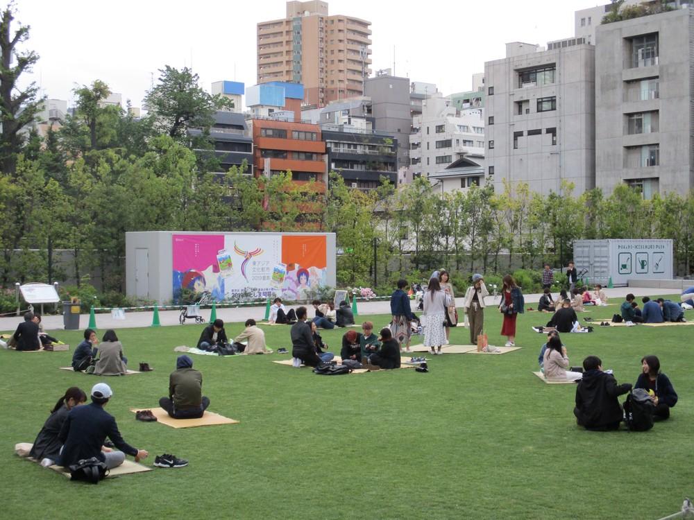 芝生の上でくつろぐ人たち(東京・南池袋公園)