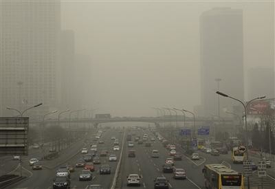 環境改善が遅れる北京。中国ではこうした大気汚染が地方でも深刻だ。