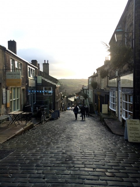 英国の小さな町がギネス認定 「最大勾配37.45%の坂道」に歓喜するワケは?(井津川倫子)