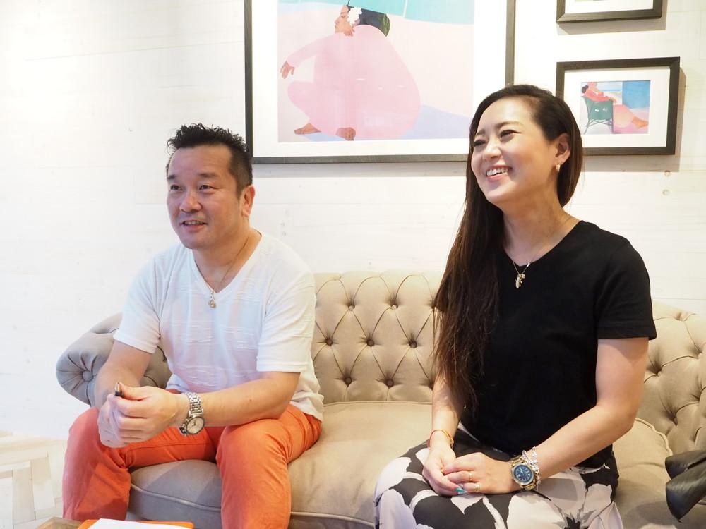 「プアアリ 恵比寿本店」で、松尾社長(左)と、店長の桜沢亜紀さん