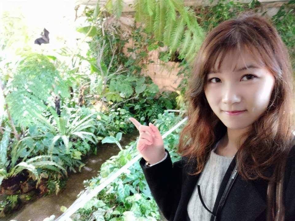 淡路島の「奇跡の星の植物園」を訪れて魅力を紹介する地元在住の「特派員」の女性。兵庫県のWeChat公式アカウントからコンテンツを配信