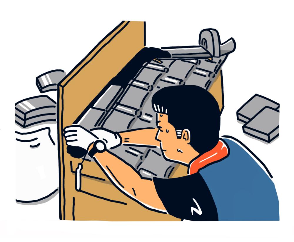 瓦を「編む」ように積む。職人さんは汗だくだった