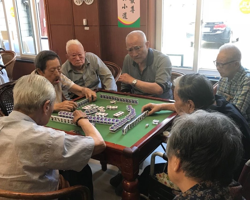 上海の施設で。麻雀はどこの施設でも人気だ。(王青さん提供)