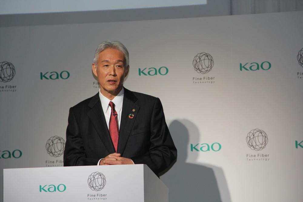 花王の澤田道隆社長は「ファインファイバーは軽くて柔らかく、自然な積層型の薄い膜を肌表面に作る技術」と説明する。