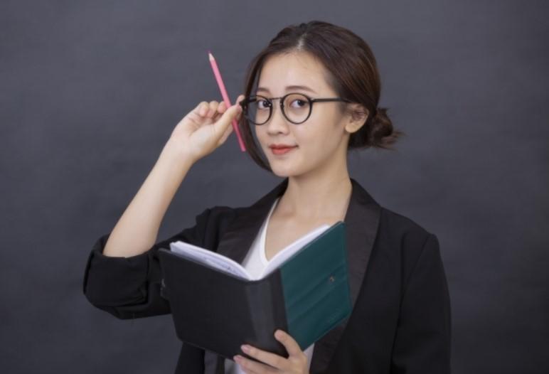 マジかぁ~、女性のメガネ禁止の職場がこんなに多いなんて!「見栄えが悪い」「お客に失礼」って......