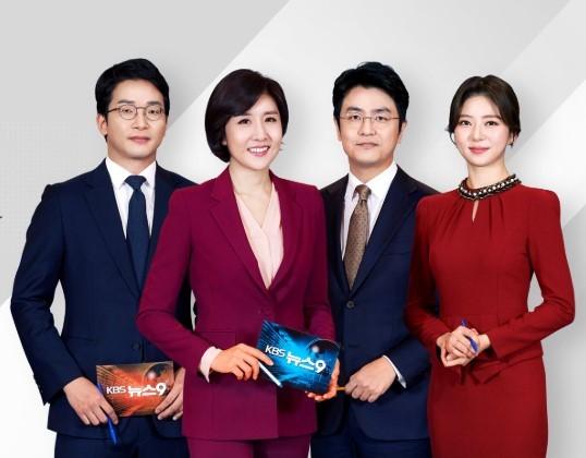 韓国初の女性メインキャスターになったイ・ソジョンさん(左から2人目、KBSの公式フェイスブックから)