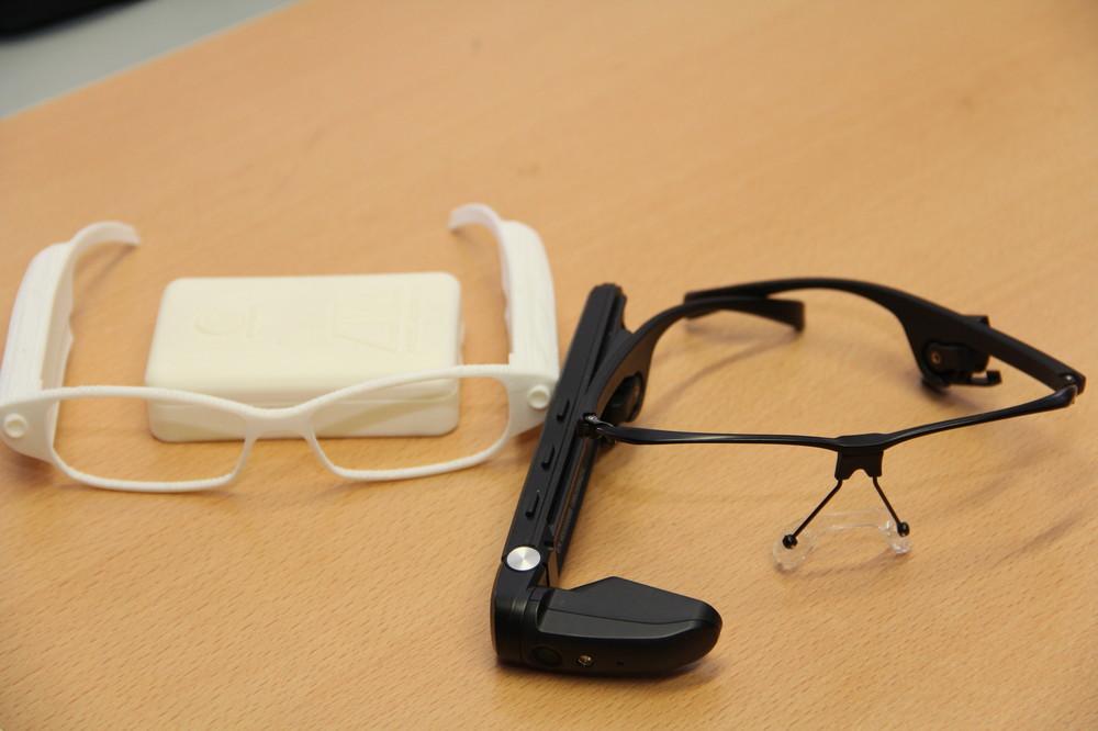 当初は「メガネ型」で開発を進めていた。(左が、1号試作機)