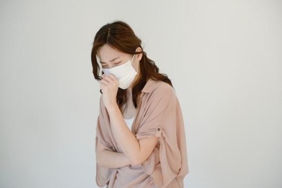 接客業のマスク、新型肺炎対策で9割が着用を支持 しかし、その実態は?