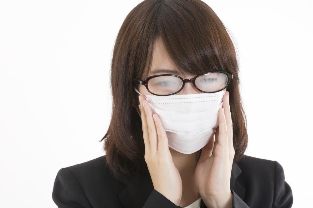 警視庁とっておきのウラ技? 「メガネが曇らないマスクの付け方」最強説