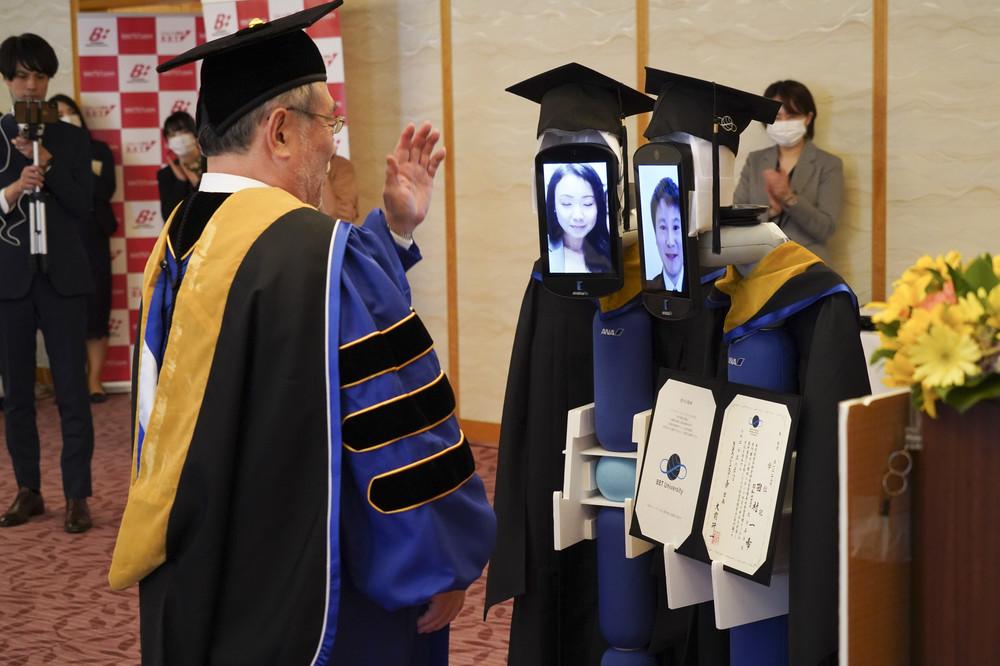 卒業ガウンと帽子をまとい、すっかり卒業生の「分身」に