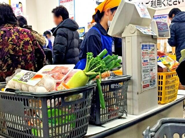 混み合うスーパーのレジ