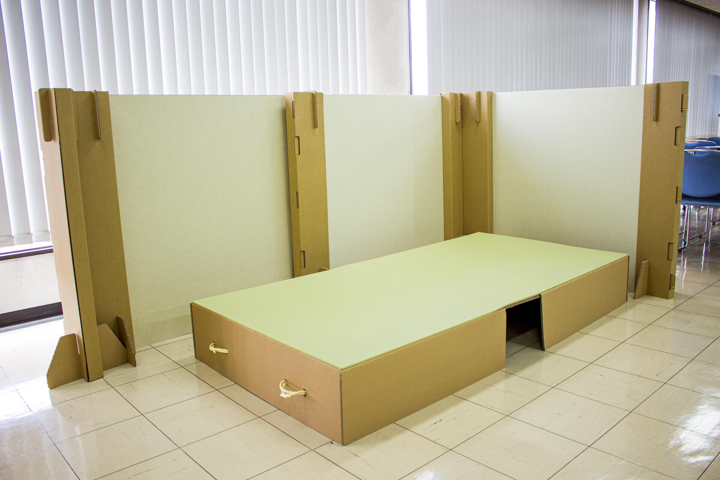 「くつろぎシリーズ」のマットと段ボールベッド、パーティションを合わせた避難所用3点セット