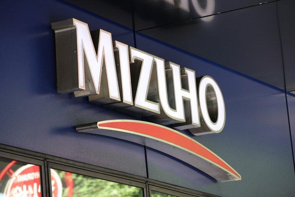 みずほ銀行も2021年1月から、新規口座開設者を対象に通帳発行1冊につき1100円の手数料の徴収を始める