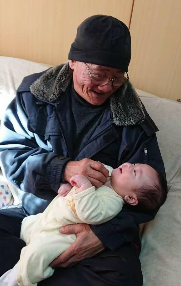 おじいちゃん世代も赤ちゃんをあやすのに協力(コトトモ提供)