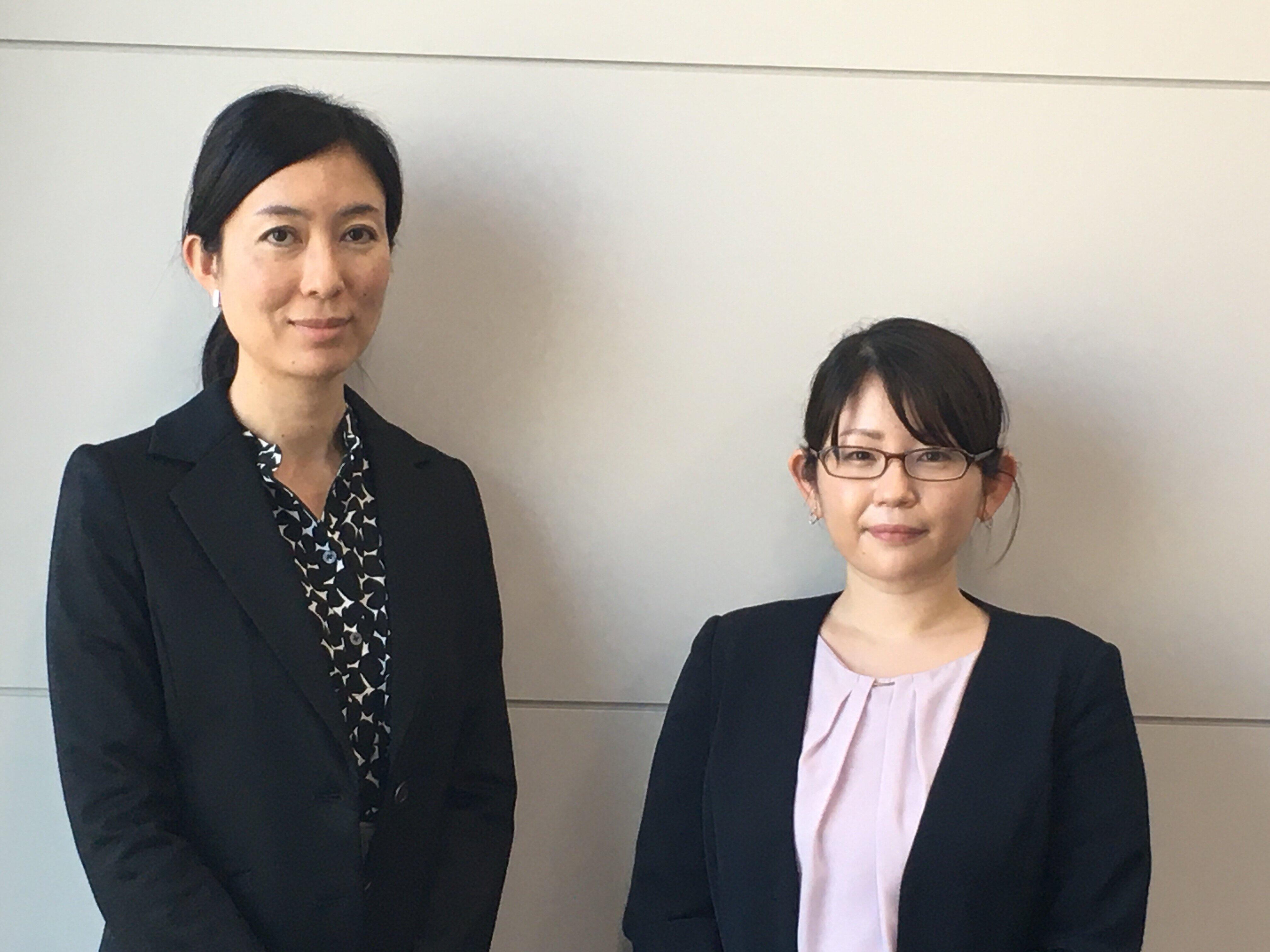 日立製作所人財統括本部ダイバーシティ推進センタの部長代理、相馬知子さん(左)と同センタ担当者の小島佳奈さん(右)
