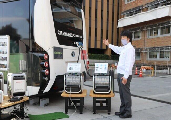 ムービングイーのFCバスの給電口は従来の1口から2口に増設された(2020年11月26日、甲府市の山梨県庁)
