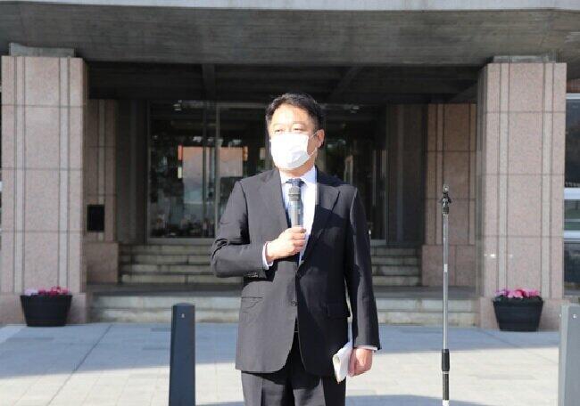 記者らに山梨県の水素・燃料電池に関する取り組みを説明する長崎幸太郎知事(2020年11月26日、甲府市の山梨県庁)