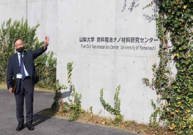山梨大燃料電池ナノ材料研究センターの飯山明裕所長(2020年11月26日、甲府市)