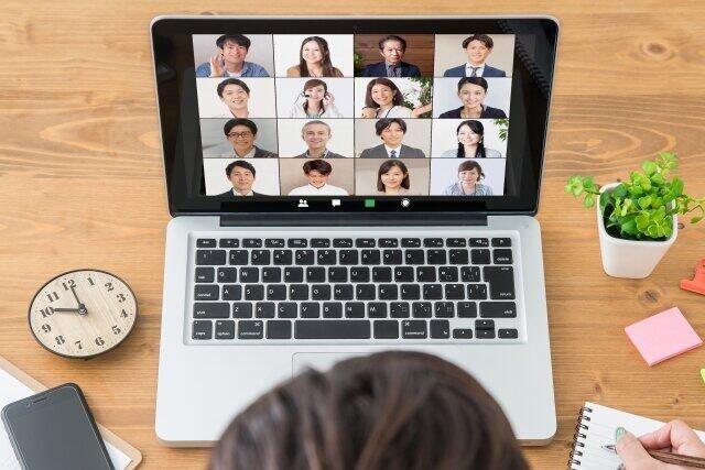 在宅ワークをする同僚の陰で出社する人が負担を増している(写真はイメージ)