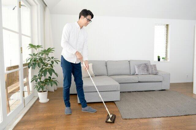 掃除をしてくれる夫