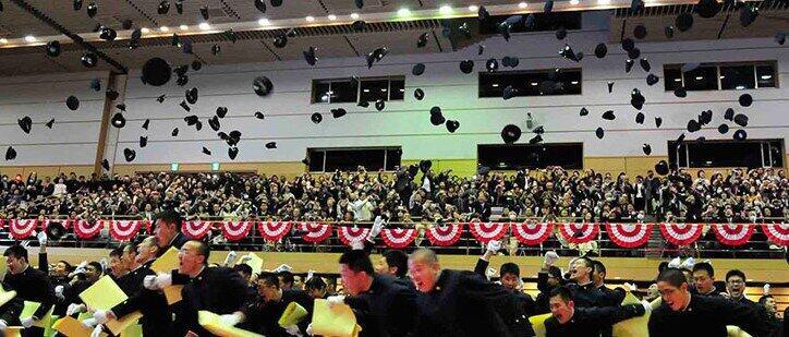 学帽を飛ばす防衛大学校卒業式。このパワフルさが年収急上昇の秘密?(防衛大学校の公式サイトより)