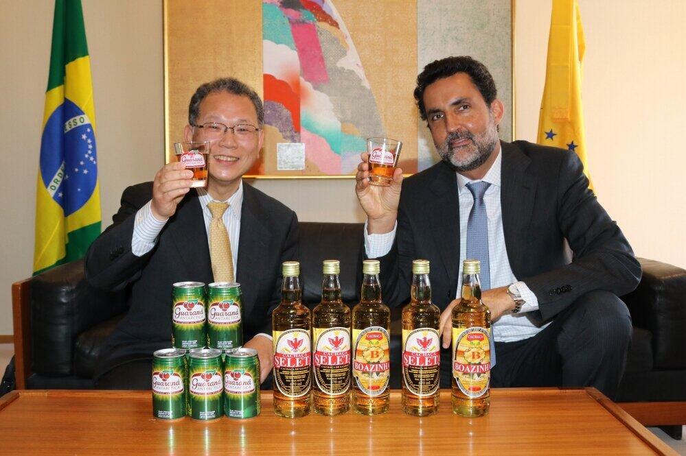 ガラナ・アンタルチカで乾杯!(写真左が荒井亮三社長、右がエドゥアルド・サボイア駐日ブラジル大使)