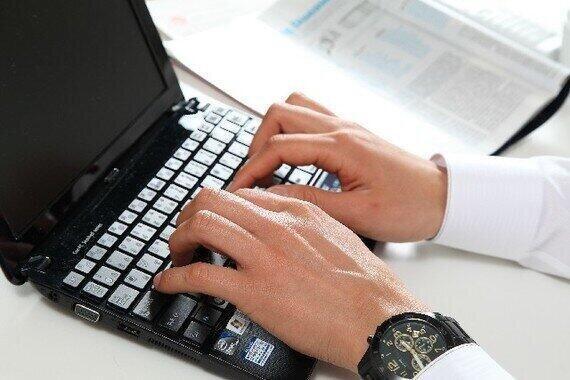 メール、電話、オンライン商談… 役割分担は大事(写真はイメージ)