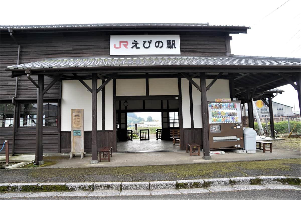臨時ショップが開設される国の登録有形文化財のJRえびの駅(えびの市提供)