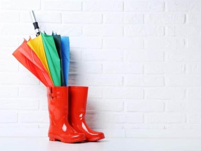 雨の日には、どんな傘とブーツが合うかな?