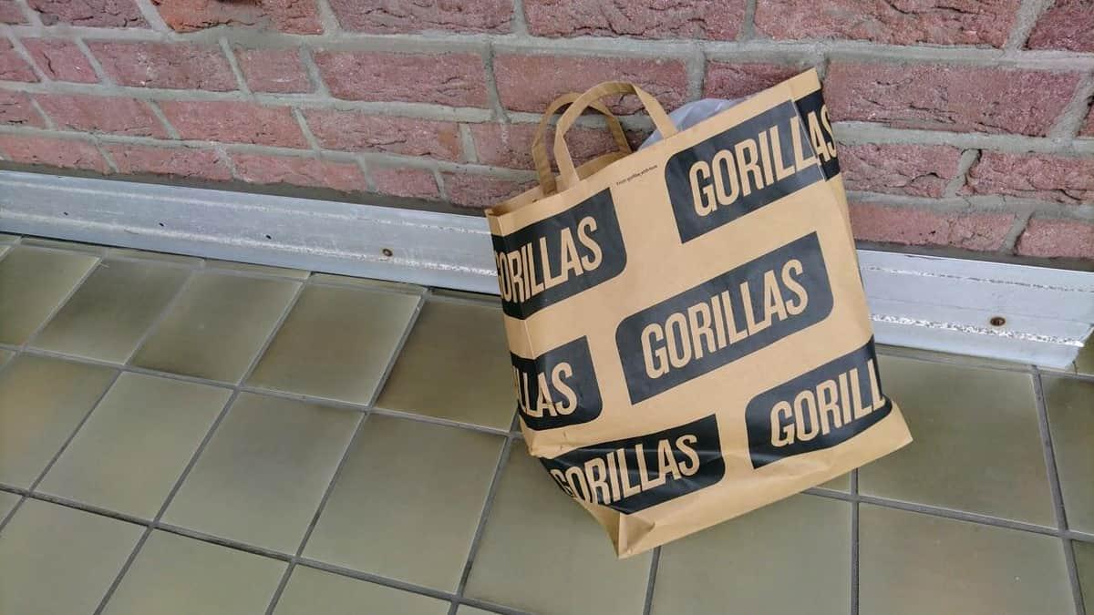届いた食材とGorillasの紙袋。精肉など要冷蔵の商品は保冷バックの中に入っていて、ひんやりしていました。