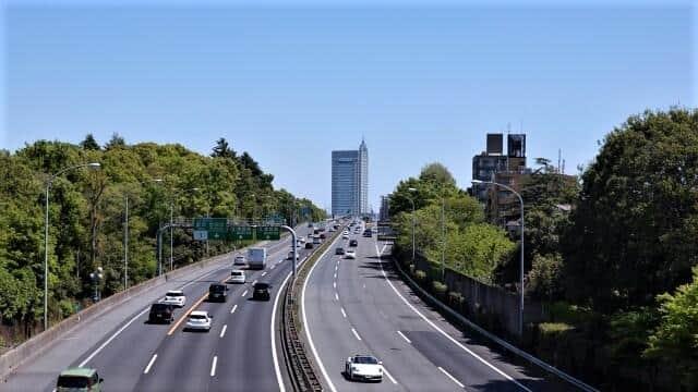 東京に向かう東名高速道路
