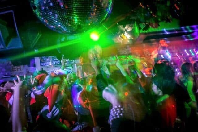 バブル期の若者たちはディスコダンスの酔いしれていた(写真はイメージ)