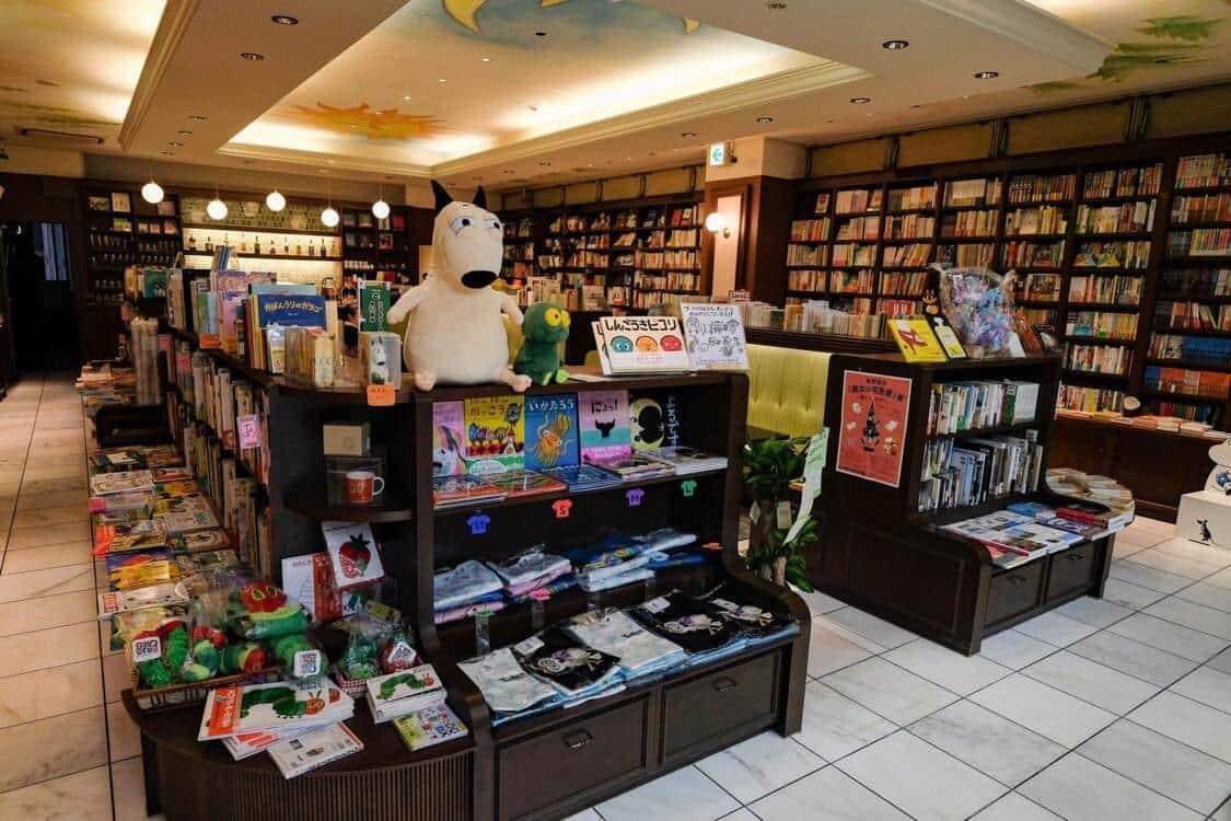 子どもの本の専門店らしく棚もにぎやかだ
