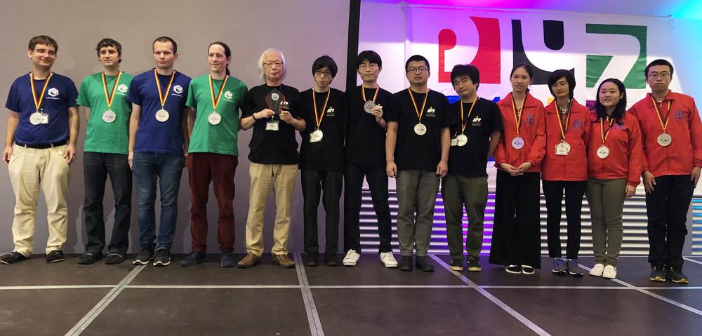 写真左から、中国チーム、日本チーム、チェコチーム(写真提供:日本パズル連盟)