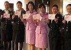 CAのスカーフ「ピンクに統一」 JAL、乳がん早期発見啓発フライト