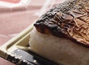 見た目ブラック、身はしっとり 福井の「焼き鯖寿司」食べ比べた