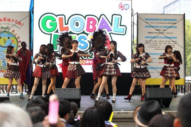 AKB48とマサイ族が「恋チュン」ダンスでコラボした