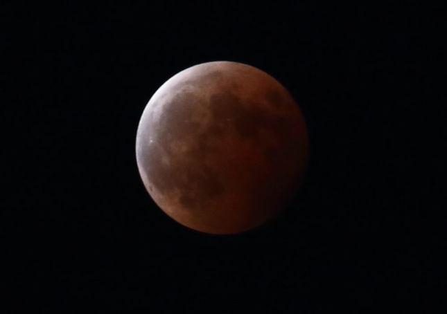 日本全国で皆既月食が観測されるのは3年ぶりだ(2014年10月8日20時20分撮影)
