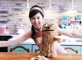 レトロ衣装の前田敦子がカントリーマアムの魅力を動画で紹介