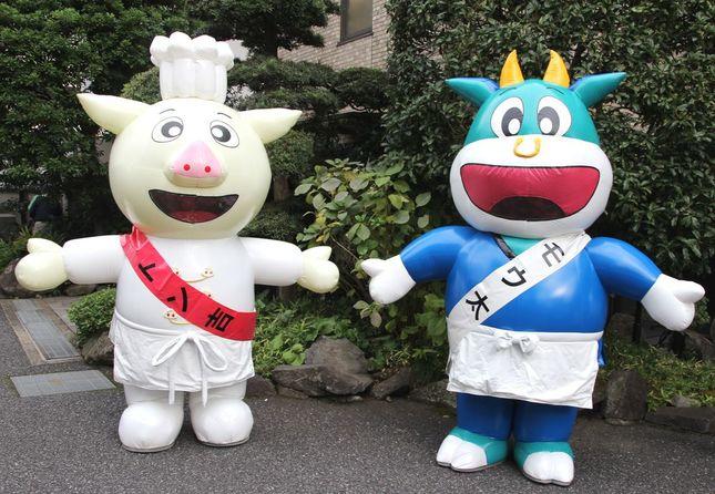トン吉とモウ太は、年に一度、東京食肉市場まつりでしか会えない希少きゃらでもあるという