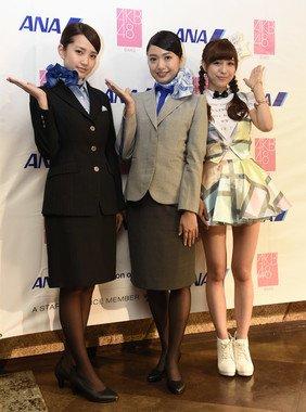 左から加藤玲奈さん、北原里英さん、小嶋菜月さん。加藤さんが現行制服、北原さんが新制服を着ている