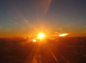 雲海から太陽、雪化粧した富士山...  成田発着便は「日本一早いご来光」