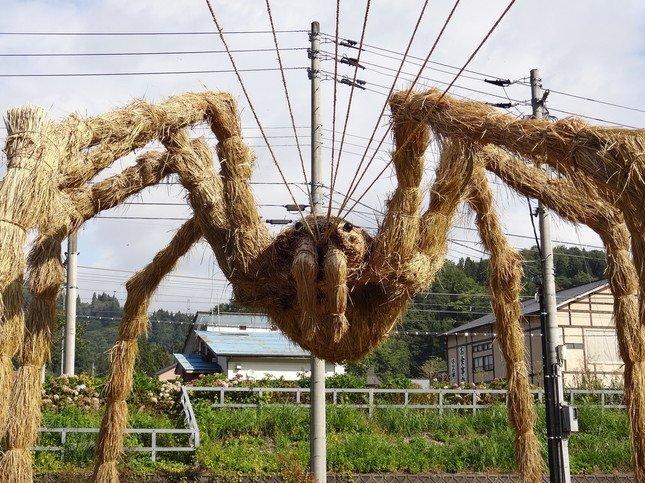クモの巨大藁アート